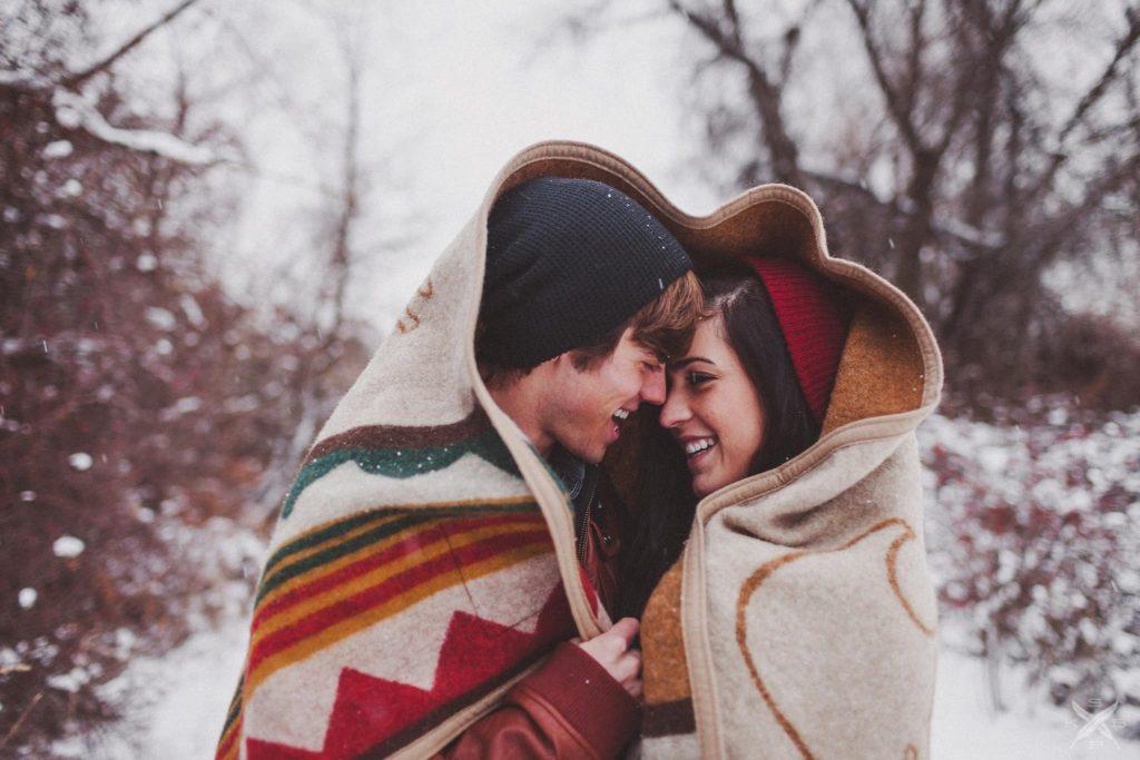 фото улыбающихся женщины и мужчины