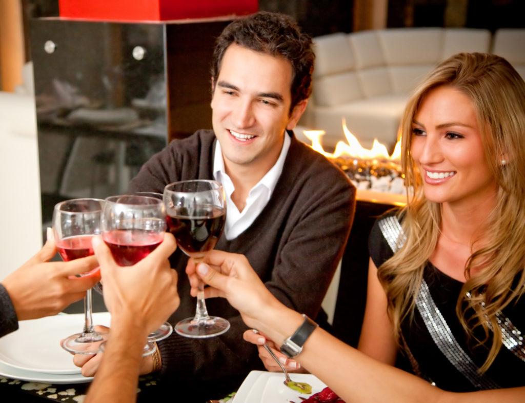 фотография влюбленной пары в ресторане