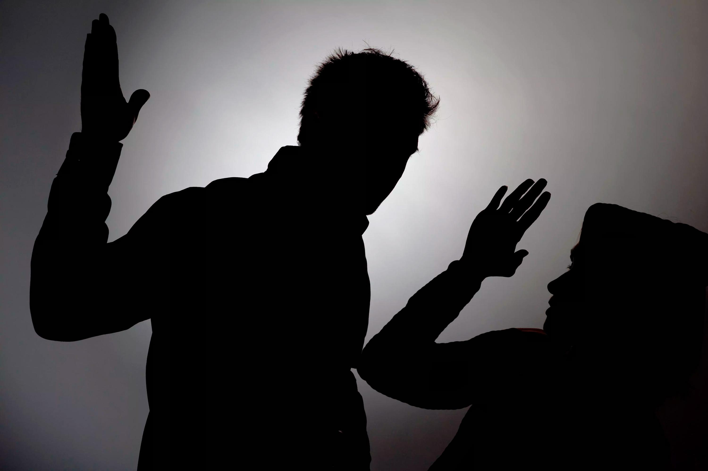 муж распускает руки что делать