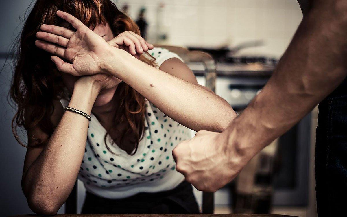 мужчина поднимает руку на женщину психология
